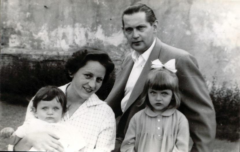 Györgyi anyu karjában, apu, Ági