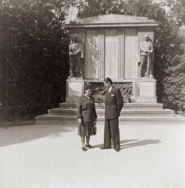 Fájth György, édesanyjával, a volt Deák téri huszár emlékmű előtt, Sopronban