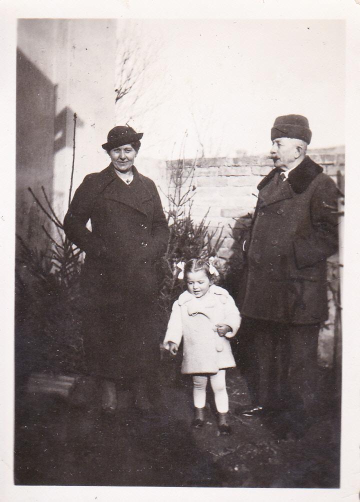 Bözsi néni az apjával és a szomszéd kislánnyal