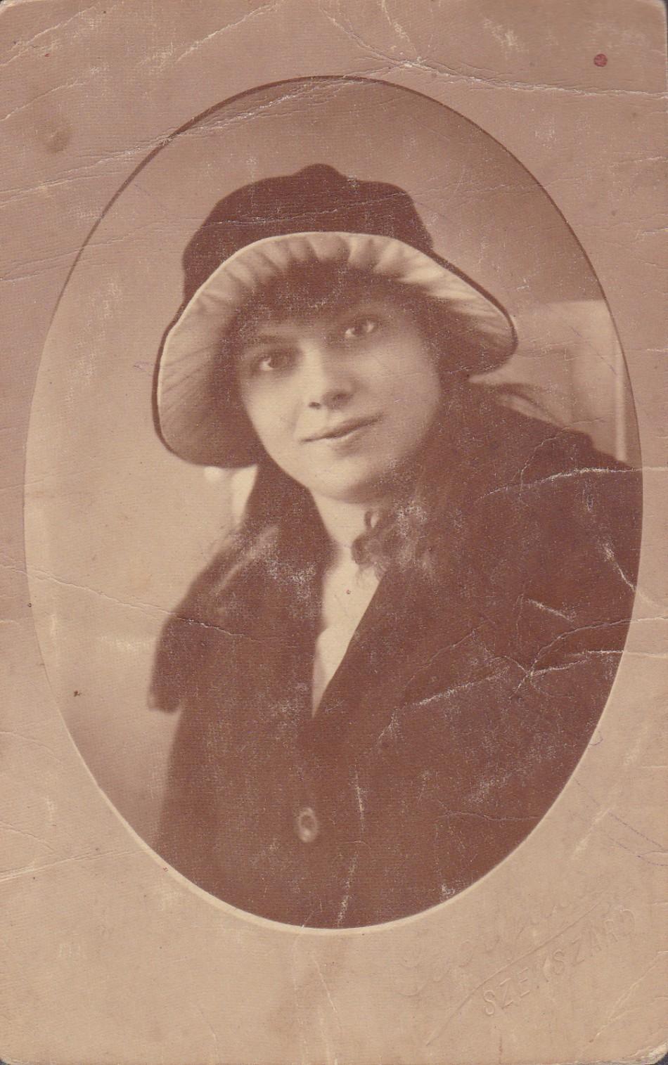 Steier Terézia kalapban