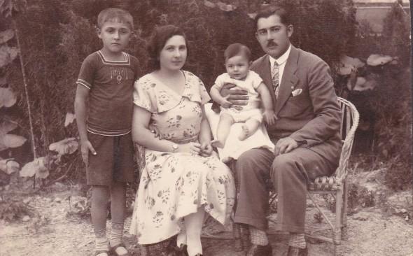 Ismeretlen pár, két fiával
