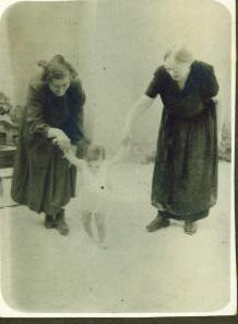 Ómika és Náncsi az első Aranyvirággal
