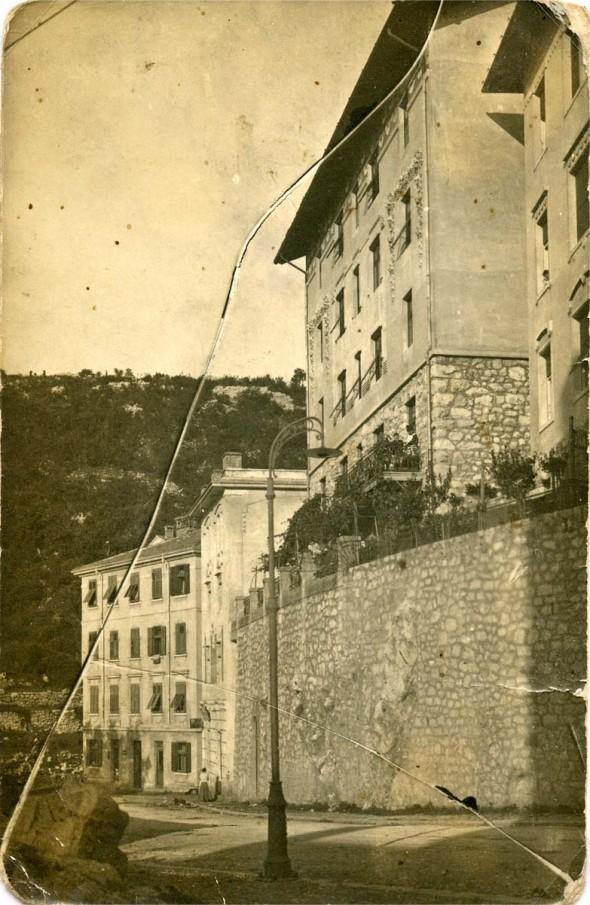 """A Valencich ház, Fiume 1919 okt. 10 Fiume, az álmok és a képzelet szülővárosa. Ómika elveszett fiatalsága. Olyan sokszor mondta ki a nevét, mintha örökre az emlékezetembe akarta volna vésni. """"Fiúme, ma már Rijeka."""""""