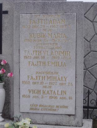Még a sírkő felirata sem hitelesítheti a nevet, hiszen apu anyakönyvi kivonatában másként írták be.